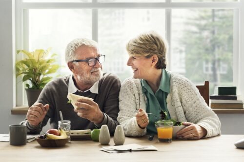 elderly_couple_eating